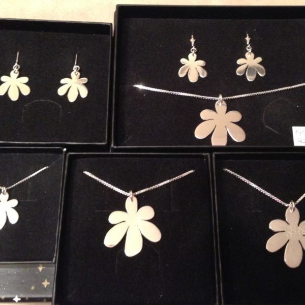 Selger store og små sølvanheng, samt ørepynt med låsbare kroker.